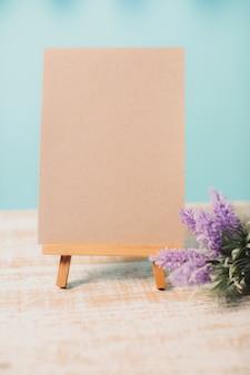 分離された木製イーゼルに空の空白のキャンバスを模擬