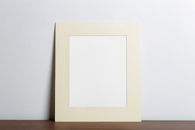 写真や絵画のために空の白いフレームの背景の空のフレームをモックアップします
