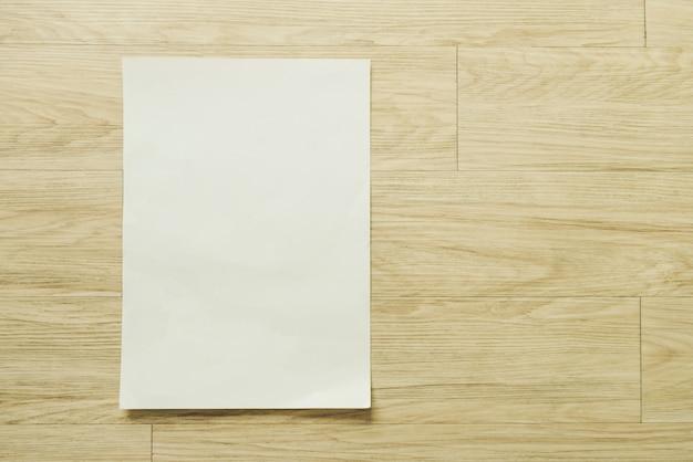 템플릿 일러스트 모형을위한 전단지 팜플렛 브로셔 디자인 a4 크기의 용지 레이아웃 공간을 조롱, 평면도에서 나무 테이블에 평평하다