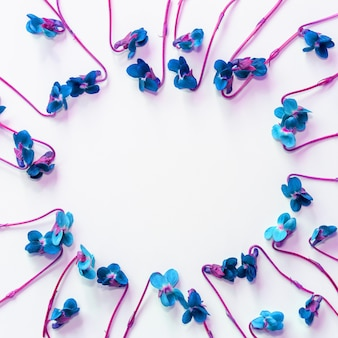 Copyspace와 흰색 배경에 파란색 꽃 프레임을 모의