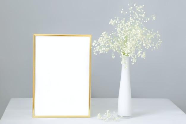 白いカスミソウの花束とモックアップフレーム