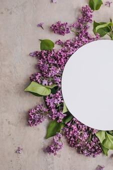 紫色の背景にライラックの花でフレームをモックアップ