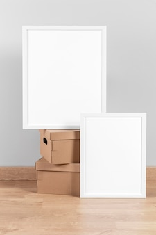 Макет рамок рядом с картонными коробками
