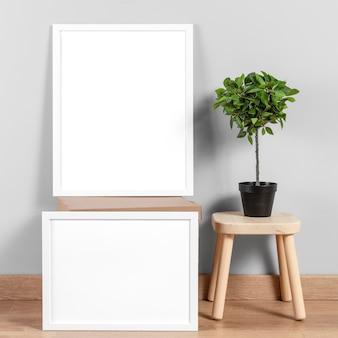 Mock up frame accanto alla sedia