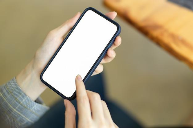 Макет изображения мобильного телефона с белым экраном, женщина, использующая текстовые сообщения на смартфоне, бизнесвумен, расслабляющаяся в кресле, интернет-магазины, мобильный контакт