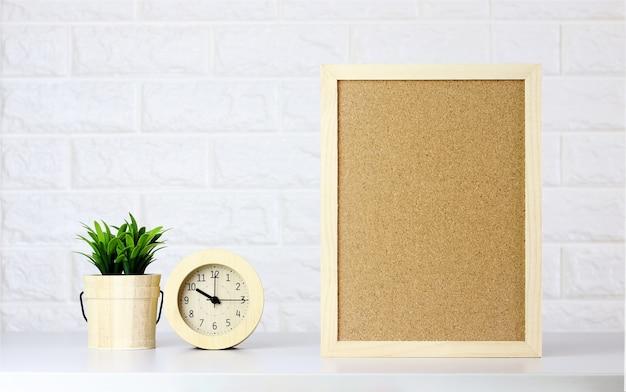 Макет внутренний деревянный каркас плакат и дерево в помещении офис на белом фоне кирпичной стены,