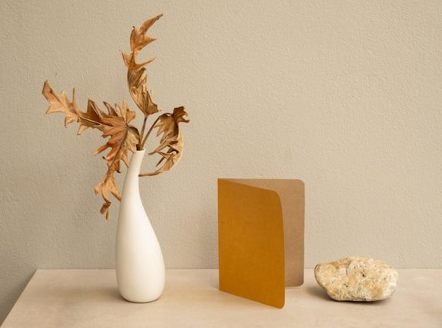 현대 꽃병에 초대 갈색 카드와 이국적인 philodendron 마른 잎을 모의