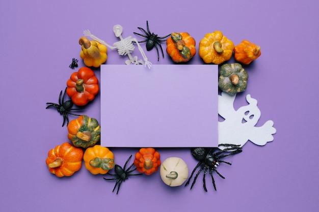 紫色のハロウィーンパーティーの招待状をモックアップする