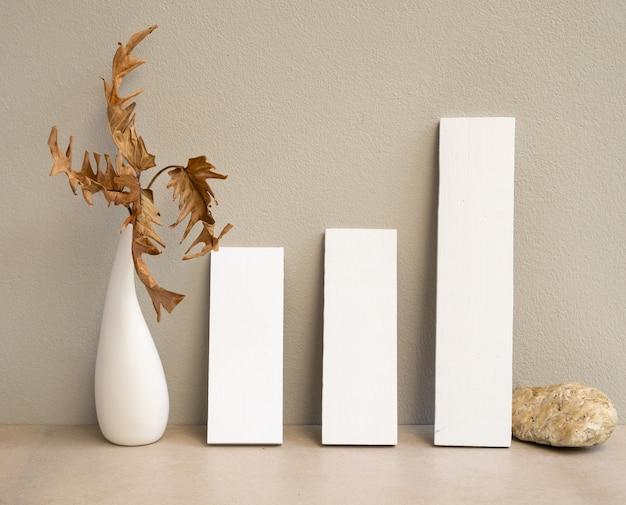 현대 꽃병에 초대 흰색 카드와 이국적인 philodendron 마른 잎을 모의