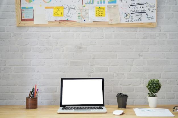 ホームオフィスのボード上のラップトップコンピューターをモックアップします。