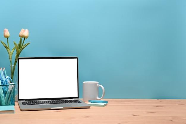 세련된 작업 공간에서 노트북 컴퓨터, 연필 홀더, 커피 컵을 비웃으세요.