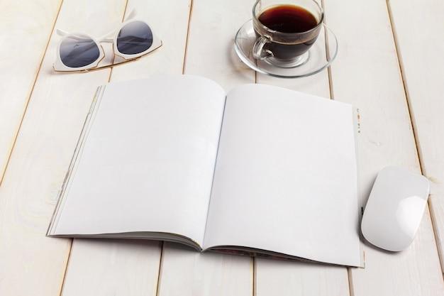 Макет журнала или каталога на деревянном столе.