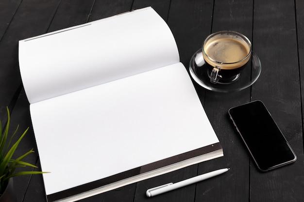 モックアップ雑誌や木製のテーブルのカタログ。