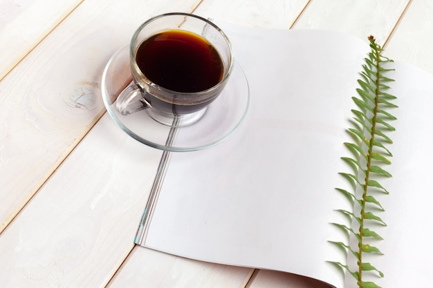 モックアップマガジンまたは木製のテーブルのカタログ。