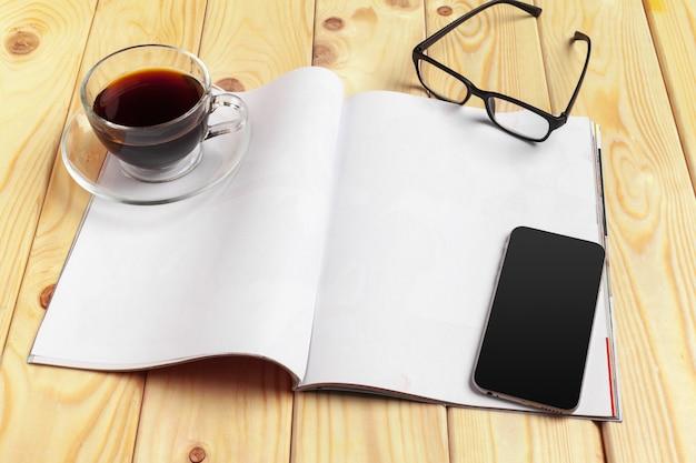 모형 잡지 또는 나무 테이블에 카탈로그.