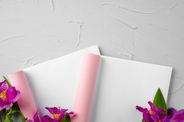 신선한 꽃으로 장식 된 잡지 페이지를 모의
