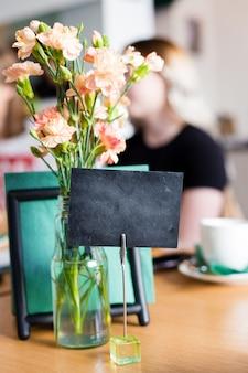 バーレストランカフェのテーブル、カフェの予約済みテーブル、空のテンプレート板のメニューフレームをモックアップします。