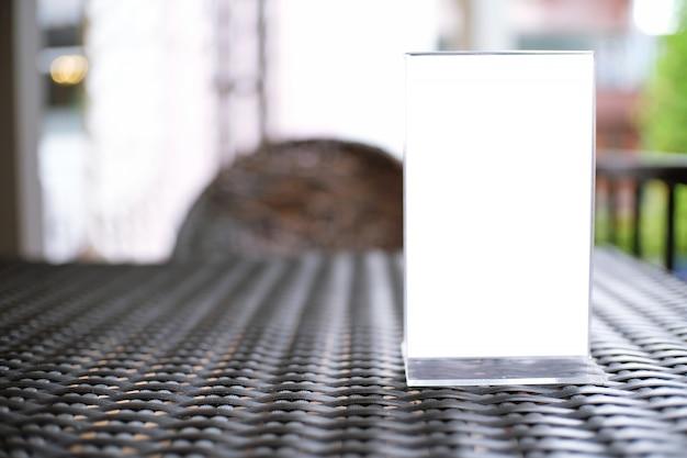 Макет рамка меню, стоящий на деревянном столе в кафе-баре ресторана. пространство для текста.