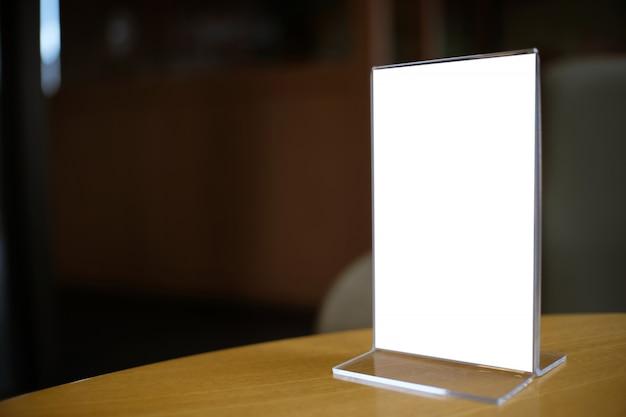 Макет рамка меню, стоящий на деревянном столе в кафе-баре ресторана. пространство для текста
