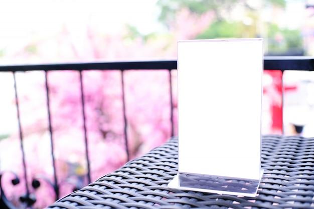 텍스트 나무 테이블 공간에 메뉴 프레임 서 모의. 발렌타인 데이 컨셉.