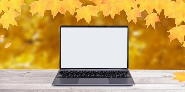 주황색 단풍잎이 있는 가을 배경의 모형 노트북