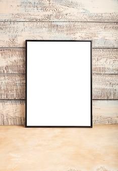 木の板の壁に空のフレームのポスターのモックアップ。あなたのデザインのための場所。コピースペース