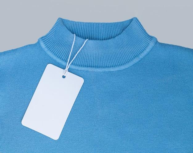 Макет пустой белой бумаги ценник или этикетка на синем фоне крупным планом