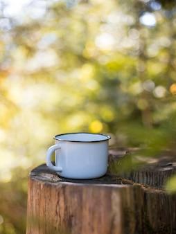 녹색 흐림 자연 숲에서 커피 컵의 모의.