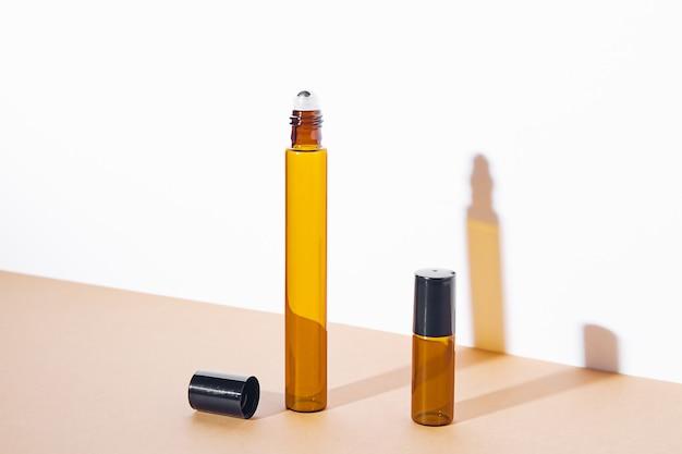 어두운 유리로 만든 화장품을 위한 빈 병 모형. 바디 및 페이스 트리트먼트 및 스파. 천연 미용 제품. 안티 셀룰 라이트 마사지 오일. 텍스트, 이미지를 위한 장소입니다.