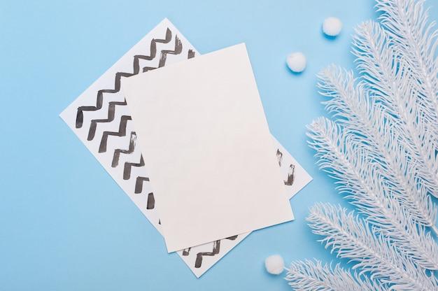 Макет поздравительной открытки с рождеством и новым годом с рамкой ветвей ели.