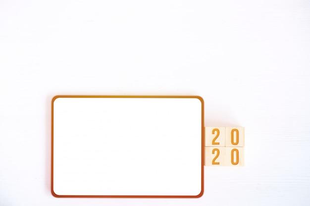 タブレット、新年の数字を持つキューブのモックアップ