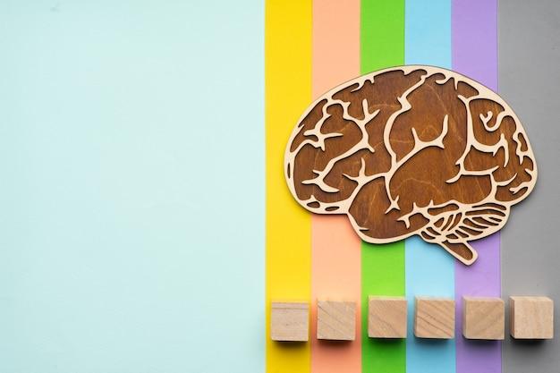 カラフルな背景に人間の脳のモックアップ