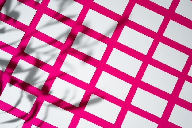 Макет на розовом фоне. визитки с копией пространства