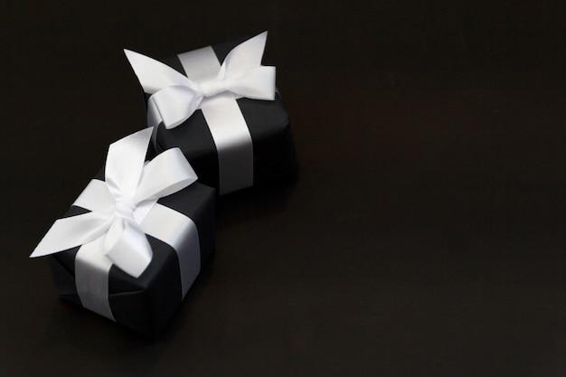 黒い紙の背景を持つモックアップオンライン販売日 Premium写真