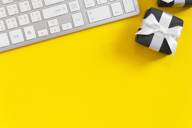 黄色い紙の背景を持つモックアップオンライン販売日