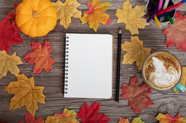 화려한 가을 장식과 단풍 나무 잎으로 학교에 다시 종이 노트를 모의