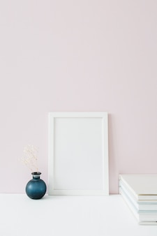 ピンクの空白でフォトフレームをモックアップします。