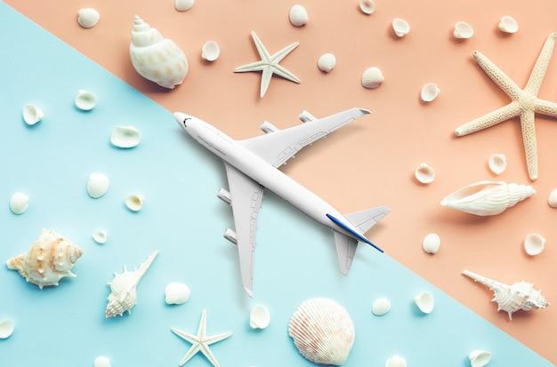 Копируйте самолет, самолет на морском пляже и фоне моллюсков. путешествие и праздничные летние концепции идеи. пространство для копирования баннера