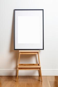 포스터 또는 사진을 위한 내부 흰색 벽 흰색 프레임의 포스터 프레임을 조롱