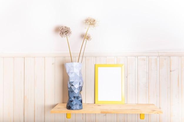 Макет рамки плаката на деревянной полке с вазой