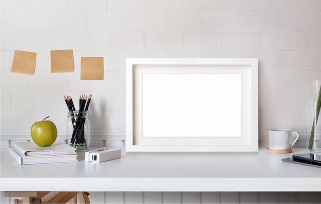 テーブルミニマリズムロフトデスクワークスペース上のポスターやフォトフレームをモックアップします。