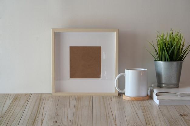木のテーブルにポスターやフォトフレームをモックアップします。