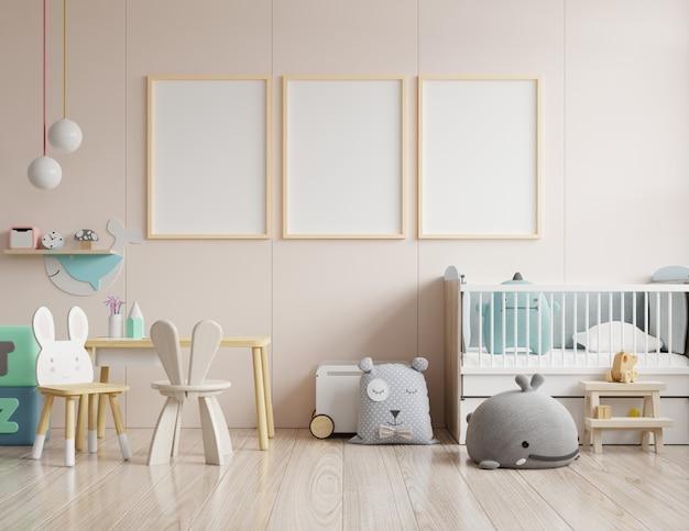 아이 방 내부의 포스터, 빈 크림색 벽에 포스터 모의