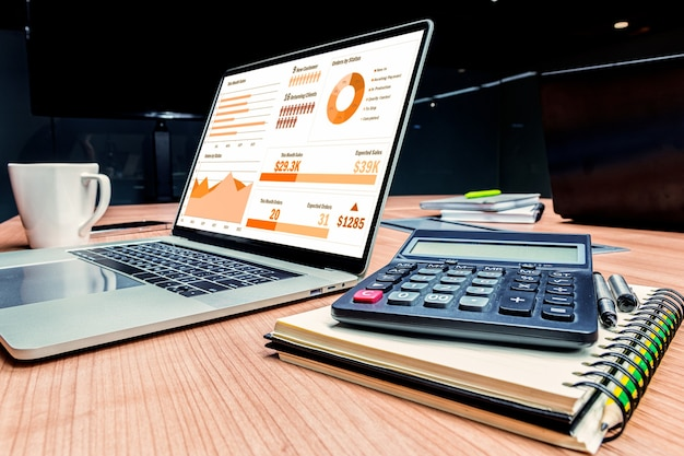 Макет слайд-шоу на дисплее ноутбука с калькулятором и ноутбуком на столе