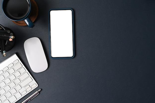 スマートフォン、コーヒーカップ、文房具を黒革でモックアップします。
