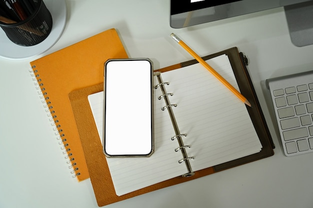 Копируйте смартфон, ноутбук и кофейную чашку на белом столе.