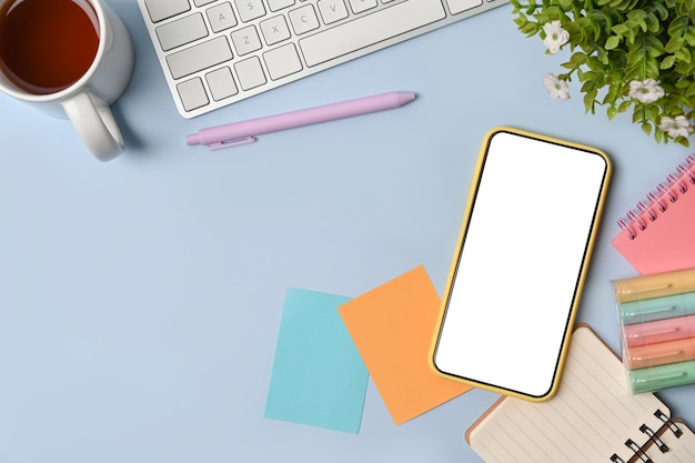 Копируйте смартфон, записку, чашку кофе и блокнот на синем фоне.