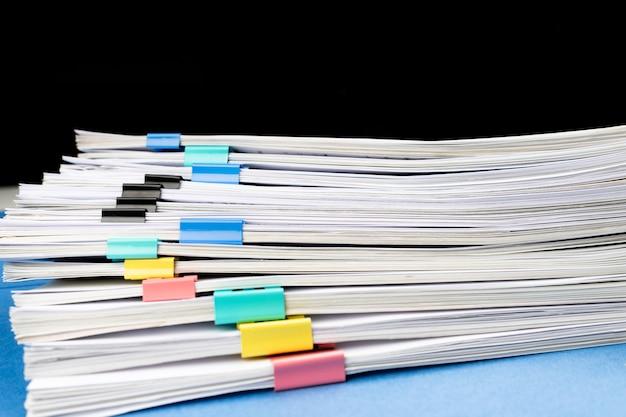Макет, стопка документов, документов в архивах, файлов со скрепками на столе в офисах, бизнес-концепция. скопируйте пространство.