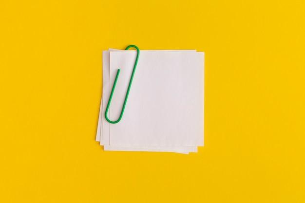 Копируйте липкие заметки на желтом фоне. бизнес-концепция, стратегия, планирование