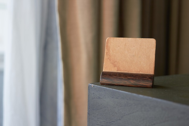 Копируйте старинный коричневый бумажный знак или держатель карты этикетки символа на углу стола